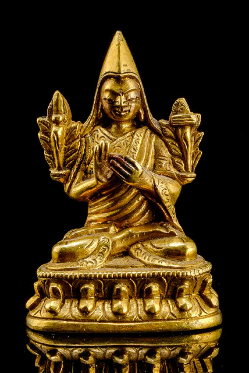 Fire miniature bronze of Tsongkhapa gold-plated on a Lotus throne - photo 1
