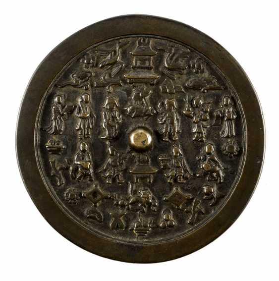 Bronzespiegel mit Darstellung verschiedene Figuren und Tiere - photo 1