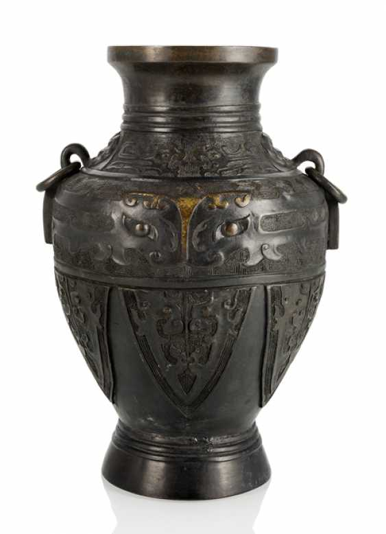 Hu-shaped Vase in the archaic style Bronze with partial gold plating - photo 1