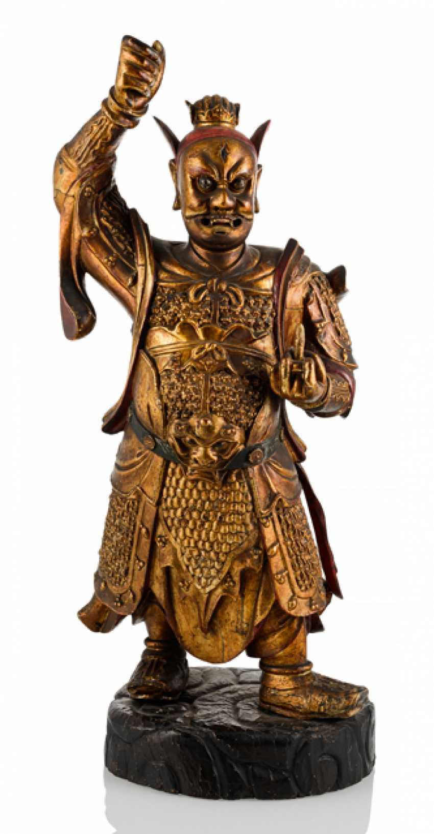 Große Figur der taoistischen Gottheit Marschalls Wang LinGelbgolduang aus Holz mit Lackauflage - photo 1