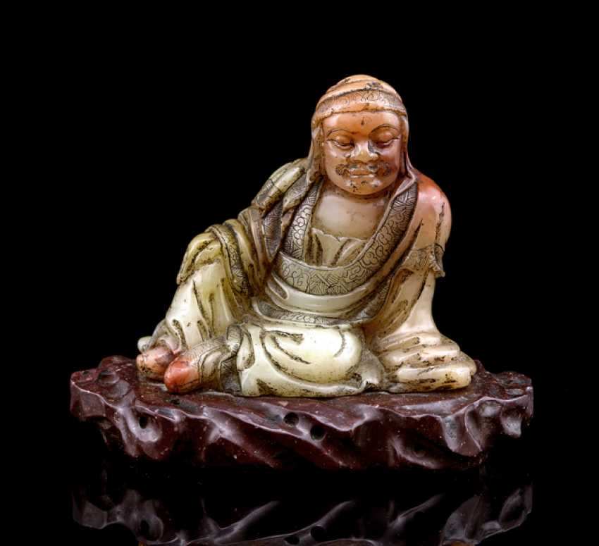 A fine soapstone figure of a seated Louhan on a rock - photo 1