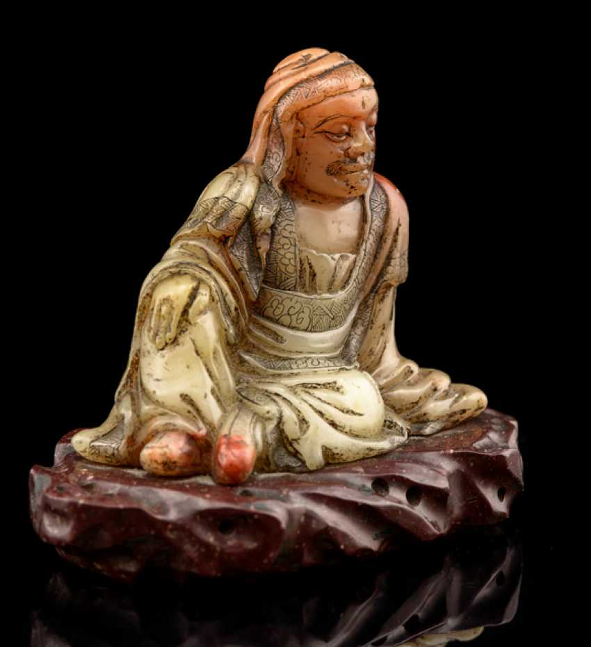 A fine soapstone figure of a seated Louhan on a rock - photo 3