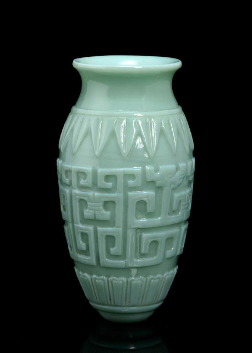 Türkise Vase aus PekinGelbgoldlas mit Reliefdekor im archaischen Stil - Foto 1