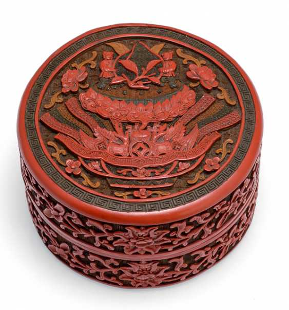 Fine lid box made of three-coloured lacquer with lucky emblems and boy with Lotus - photo 1
