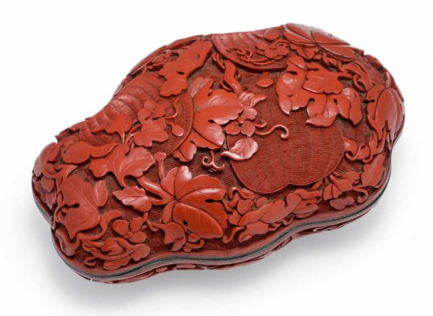 Fine lid box made of lacquer red with fruit and Foliage - photo 1