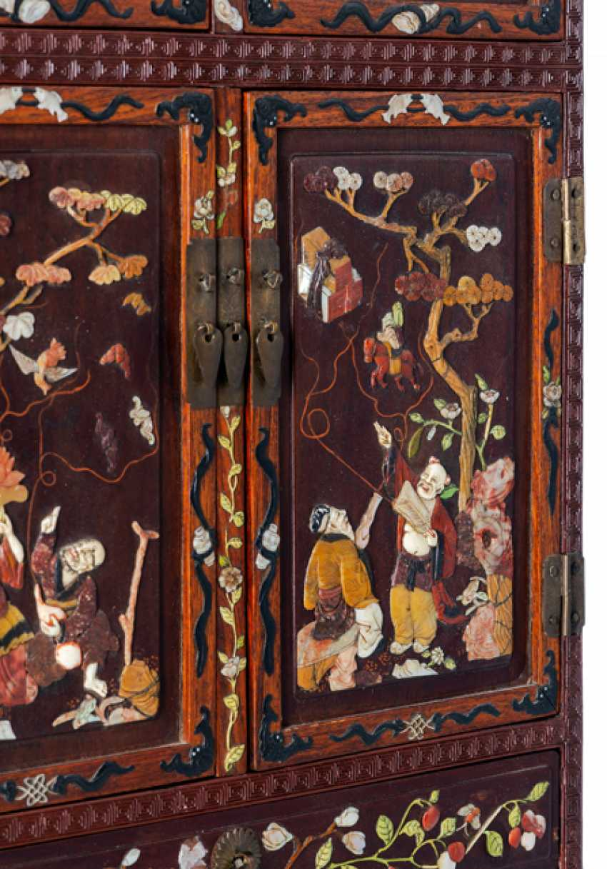 Fine lacquer red-Cabinet with hard wood, and various inlaid with the eight Immortals - photo 2