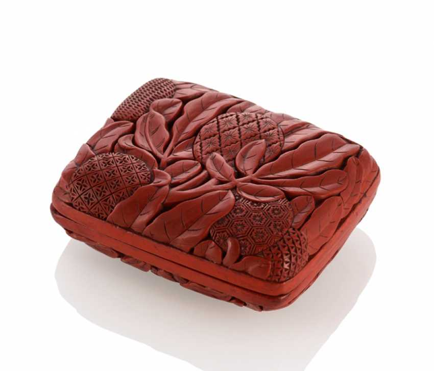 Small lacquer red-lid box with litchi pattern and foliage in deep geschnittem Relief - photo 1