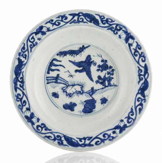 Underglaze blue circular porcelain plate decorated with the decor of the eagle and the rabbit - photo 1