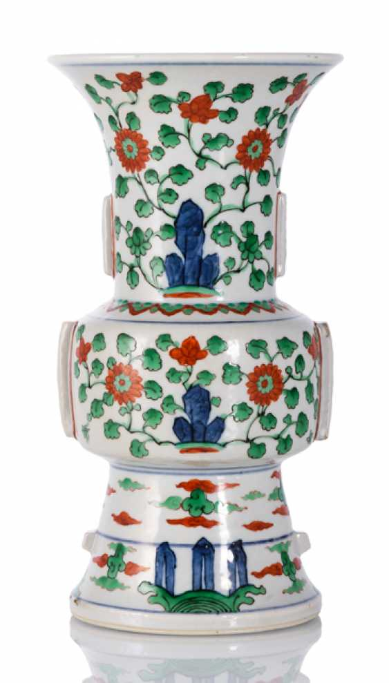 'Wucai'-glazed Vase in the Form of a 'Gu' - photo 1