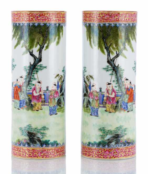 Pair of 'Famille rose'-vase with decor of children at play - photo 1