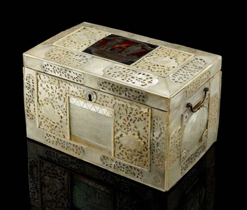 A fine and rare cover box with mother-of-pearl, tortoise-shell, and behind the glass of the painting is occupied - photo 1