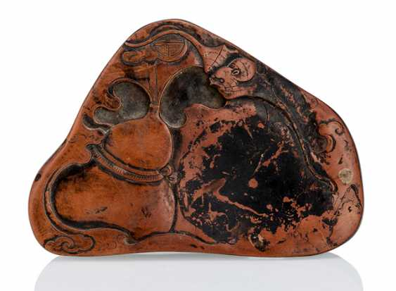 Tuschreibestein with bat and gourd made of brown stone, back side inscription - photo 1