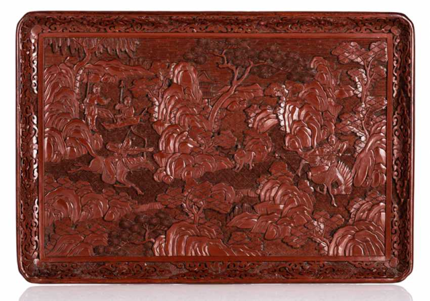 Lacquer red tablet with a representation of a hunting scene - photo 1
