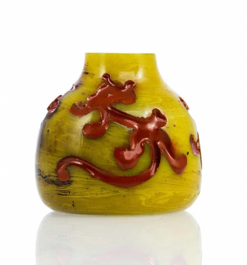 Vase aus gelbem PekinGelbgoldlas mit Dekor von rot gefärbten Chilong in Relief - photo 1