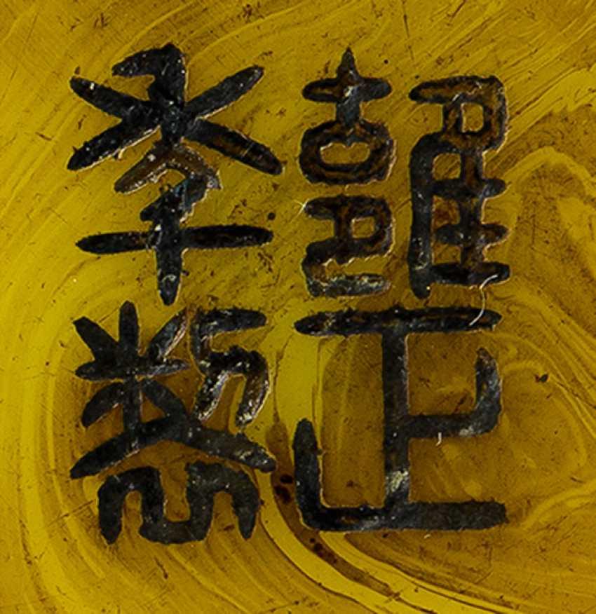 Vase aus gelbem PekinGelbgoldlas mit Dekor von rot gefärbten Chilong in Relief - photo 2