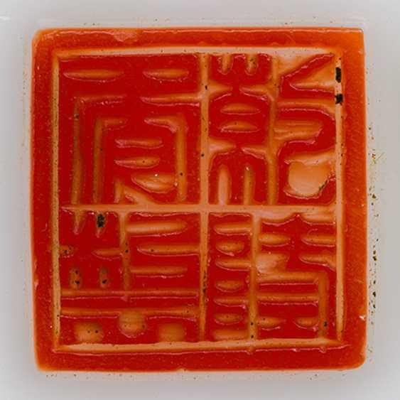 Feine milchig weiße Flaschenvase aus PekinGelbgoldlas mit rotem Überfang - фото 2