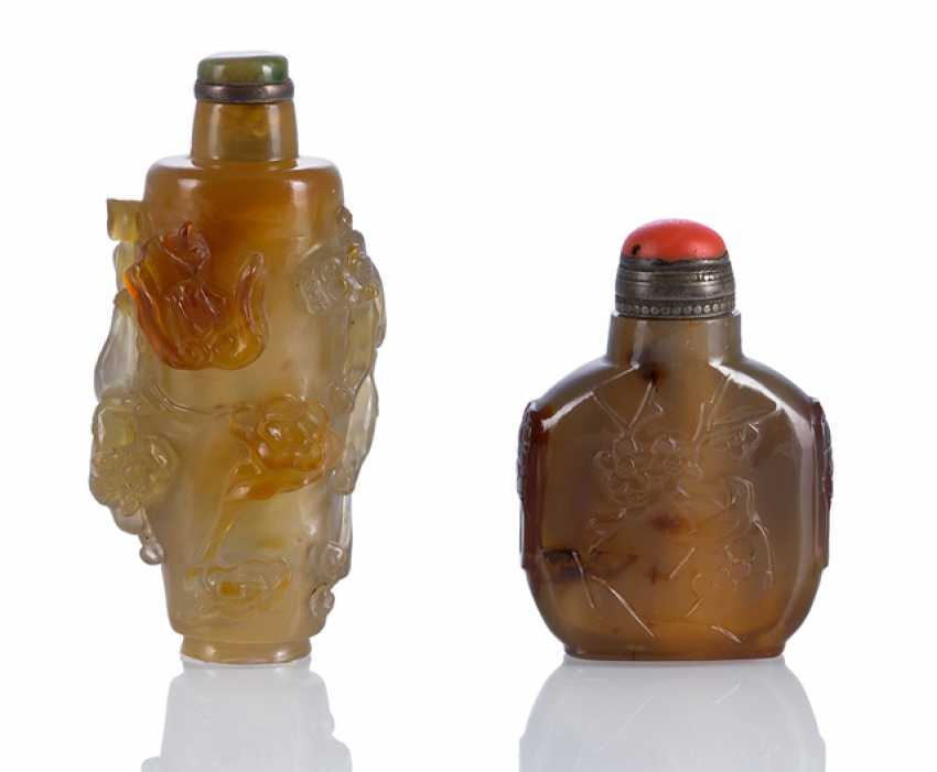 Two agate Snuffbottles with relief decoration - photo 1