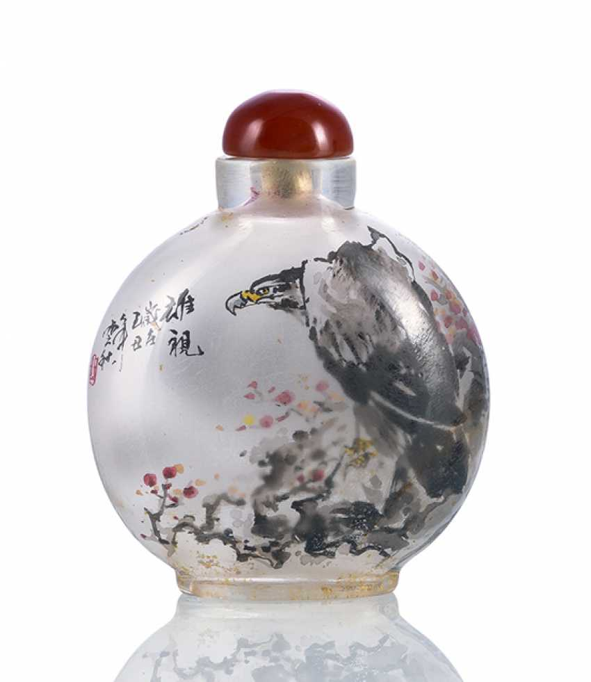 Snuffbottle made of clear glass with inside painting of two eagle motifs - photo 1