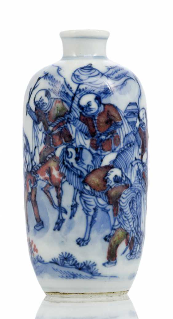 Snuffbottle made of porcelain with copper red and underglaze blue painting - photo 1