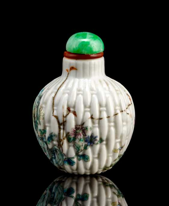 Small porcelain snuffbottle in shape of a wicker basket with on-glaze painting - photo 1