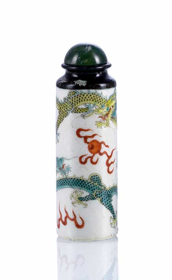 Cylindrical Snuffbottle made of porcelain with a continuous dragon motif - photo 1