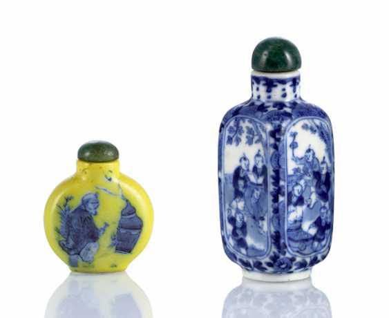 Two porcelain-Snuffbottles with underglaze blue figure decor - photo 1