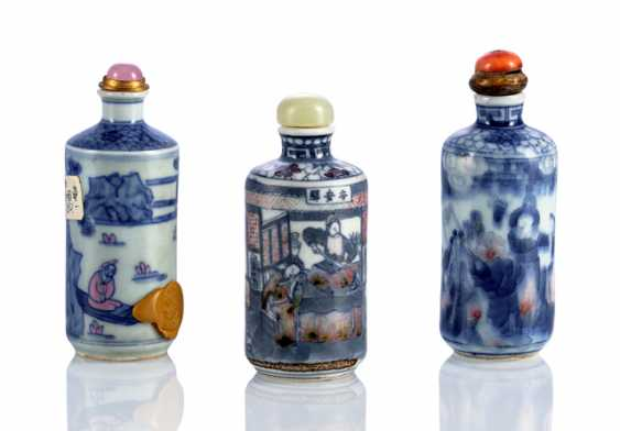 Three cylindrical Snuffbottles with figurative decoration - photo 1