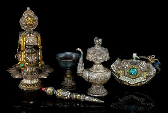 KonvoluTiefe: Feuerzeugtasche, Phurbu, Butterrlampe u.a., teils in Silber gearbeitet - photo 1