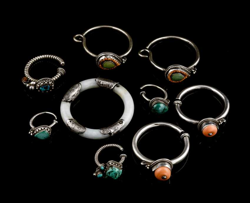 Eight drop earrings with turquoise and coral deposits, as well as a Jadearmreif - photo 1