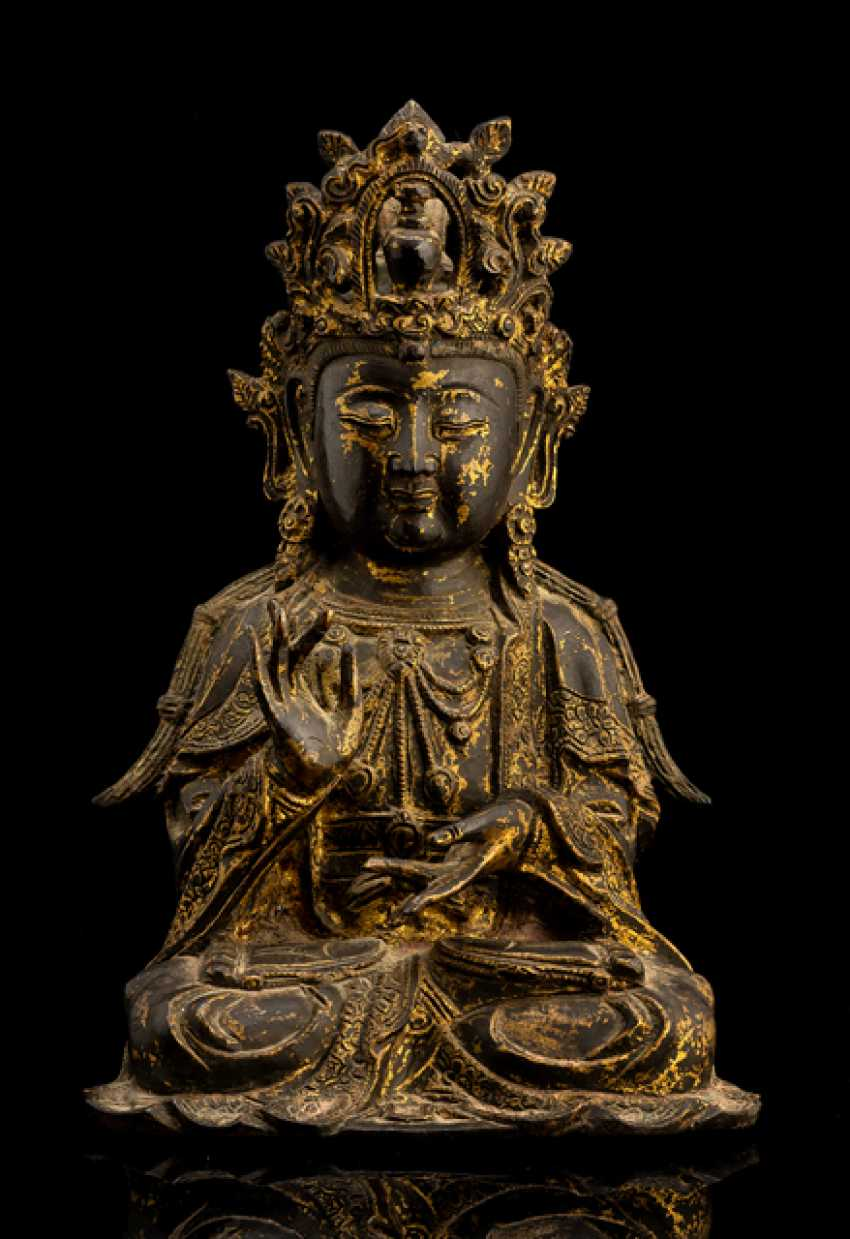 Bronze of Guanyin with traces of gilding - photo 1
