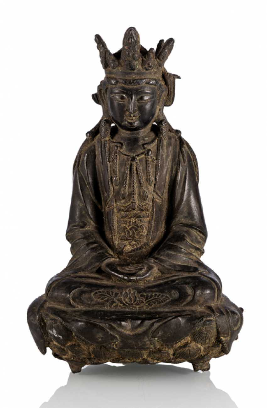 Bronze of a Guanyin on a Lotus - photo 1
