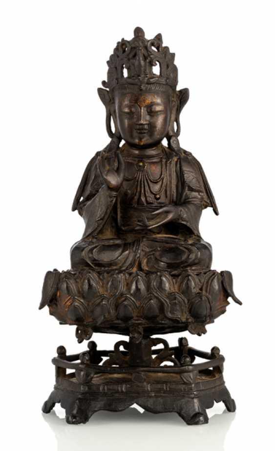 Bronze of a Guanyin on a Lotus pedestal - photo 1