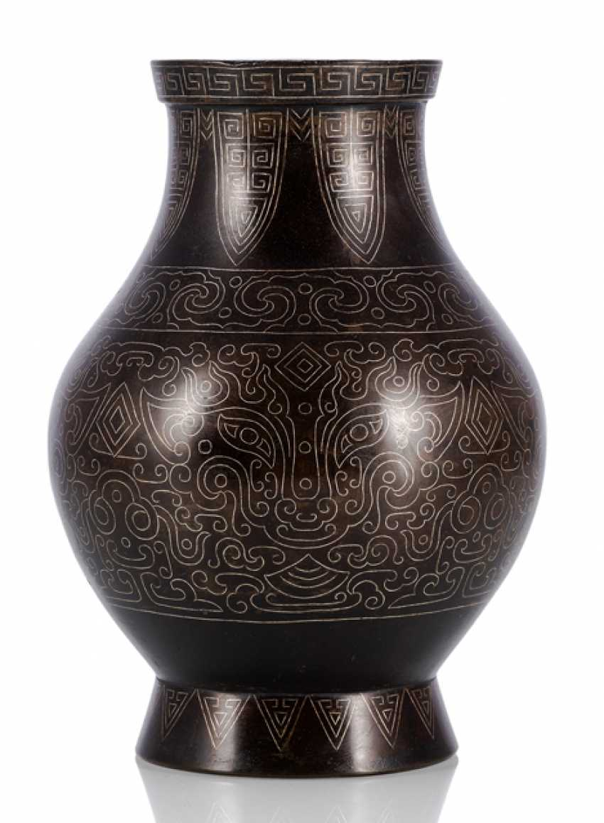 'Hu'-shaped bronze vase with silver inlays in the archaic style - photo 1