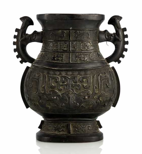 'Hu'-shaped bronze vase, with two serrated Handle - photo 1