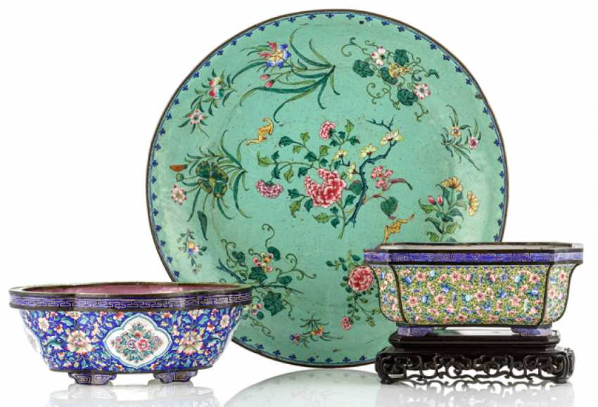 Three Canton enamel-Work: a round shell, two of the four passige, part oval Jardiniere - photo 1