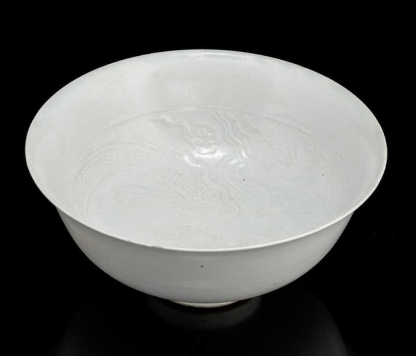 Bowl with relief decoration from the Shufu-type and milky white glaze - photo 1