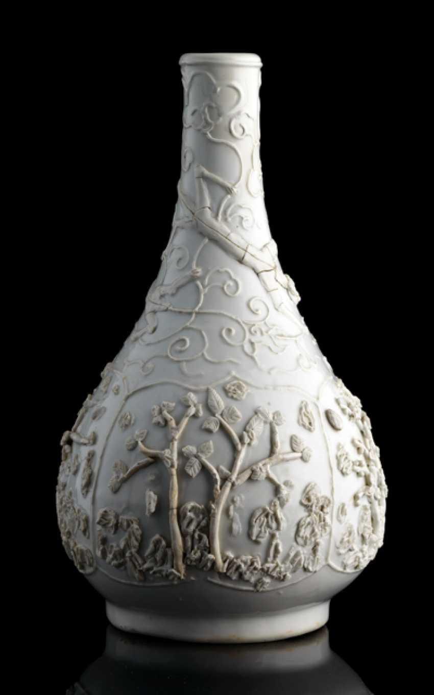 Weiss glasierte Flaschenvase mit Reliefdekor verschiedene Bäume und Chilongs - photo 1
