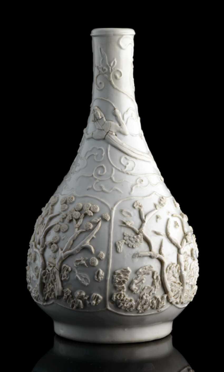 Weiss glasierte Flaschenvase mit Reliefdekor verschiedene Bäume und Chilongs - photo 2