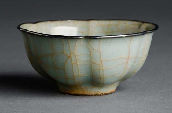 The flower-shaped bowl with Guan glaze, the edge framed in silver  - photo 1