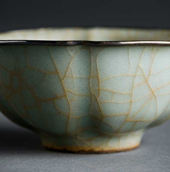The flower-shaped bowl with Guan glaze, the edge framed in silver  - photo 2
