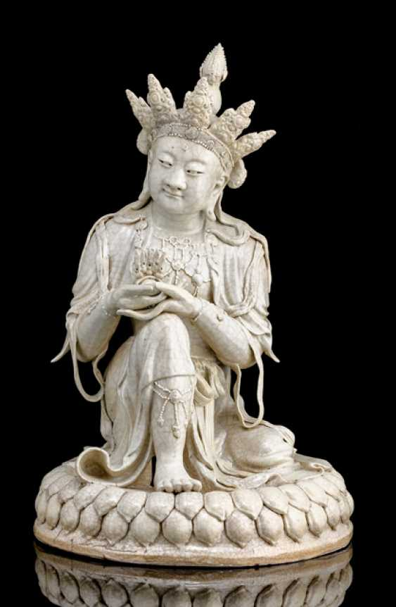 Unusual cream glazed figure of a Bodhisattva on a Lotus - photo 1