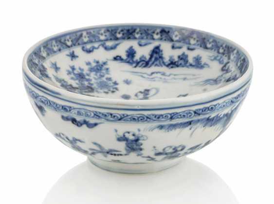 Underglaze blue-decorated heat bowl made of porcelain - photo 1