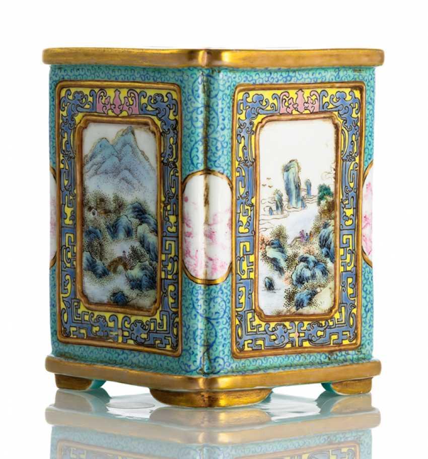 Four passiger porcelain brush beaker with 'Famille rose'landscape decor - photo 1