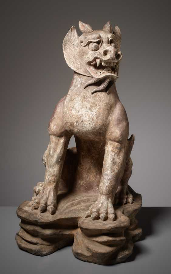 IMPORTANT TERRACOTTA SCULPTURE OF A DEFENSE STICK-SEATED ZHENMUSHOU - photo 1