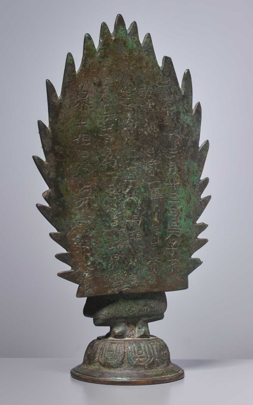 EARLY BRONZE OF A BUDDHA IN FRONT OF A FLAMING NIMBUS WITH DATING 571 - photo 3