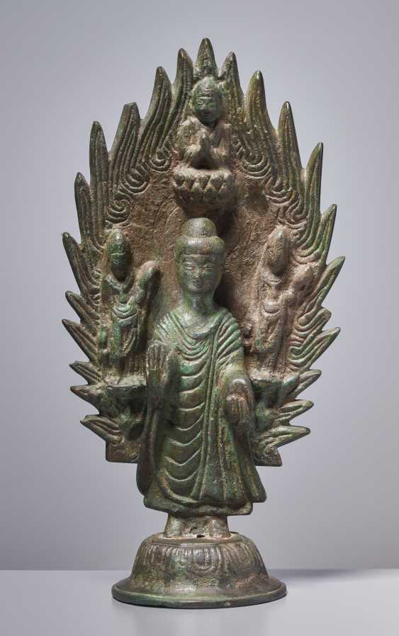 EARLY BRONZE OF A BUDDHA IN FRONT OF A FLAMING NIMBUS WITH DATING 571 - photo 1