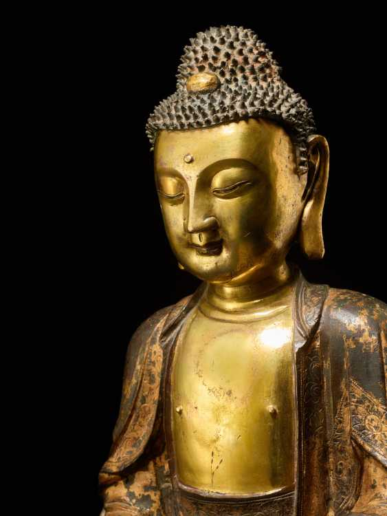 A PARTIALLY FIRE-GILT BRONZE OF THE MEDICINE BUDDHA, BHAISHAJYA-GURU - photo 2