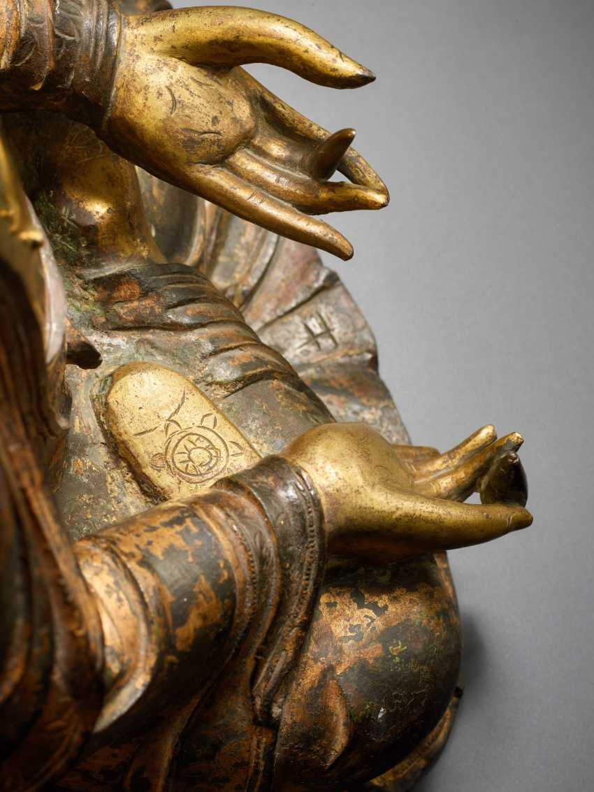 A PARTIALLY FIRE-GILT BRONZE OF THE MEDICINE BUDDHA, BHAISHAJYA-GURU - photo 5