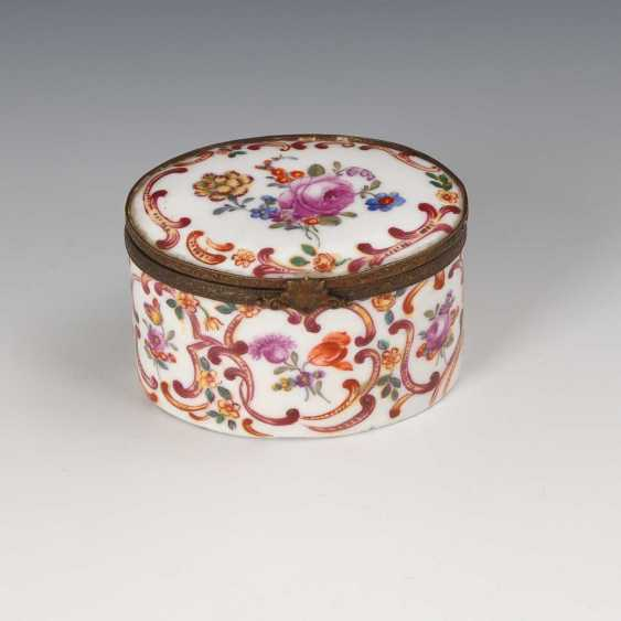 Box with flower painting. - photo 1