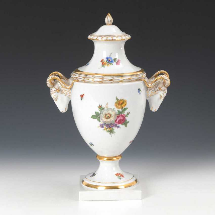 Lidded vase with floral decor, Fürstenberg - photo 1